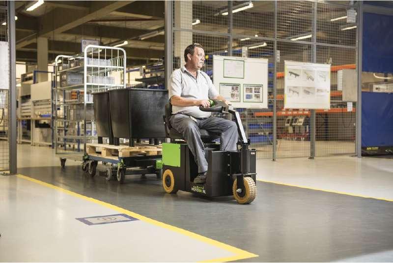 elektrický tahač t2500-scooter, manipulace tažné soupravy dopravních vozíků ve skladu