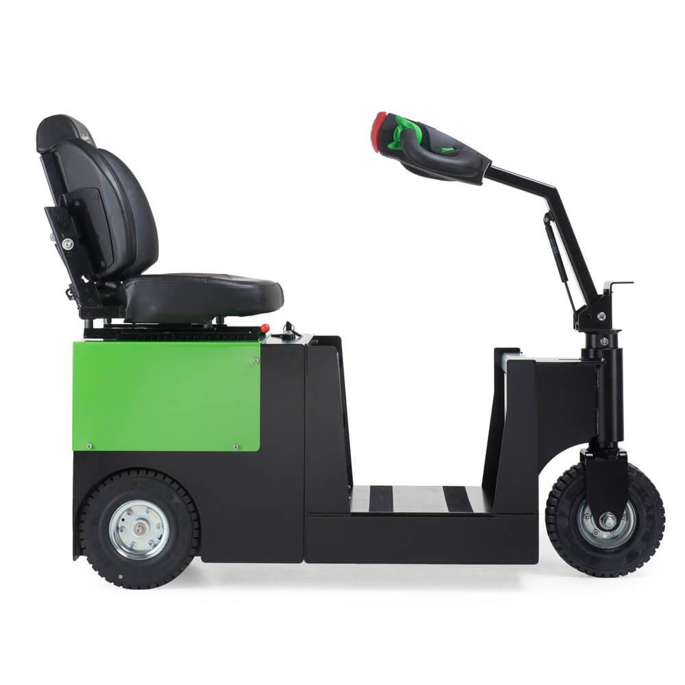 elektrický tahač t2500-scooter pro sedící obsluhu s vestavěnou baterií a pohodlnou sedačkou pro řidiče, foto z boku