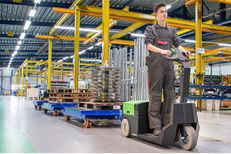 elektrický tahač t3500-platform s plošinou pro stojící obsluhu veze 3500 kg tažnou soupravu z e-rámů ze skladu do výroby ve výrobním podniku