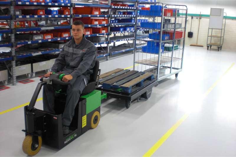 elektrický tahač t2500-scooter přepravuje tažnou soupravu ve skladu
