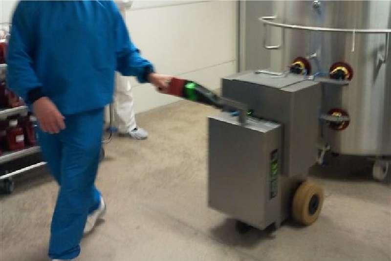 elektrický ručně vedený tahač t2500-cleanroom v potravinářství veze nerezovou varnu připojenou vakuovými přísavkami