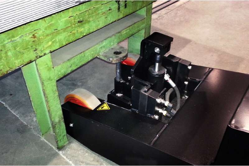 elektrický ručně vedený tahač t2500-p, detail zapojení nákladu pomocí elektrického zdvihu háku