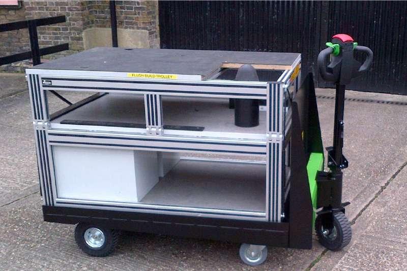 elektrický ručně vedený plošinový vozík P300 800x1200 veze skříň, ukázka manipulace