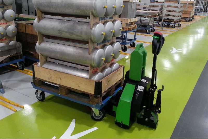 elektrický ručně vedený tahač t1500-rzs manipuluje naložený vozík s materiálem, co má čtyři otočná kolečka