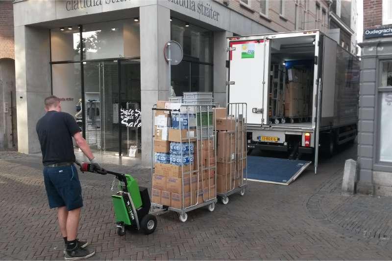 ručně vedený elektrický tahač t1500 při nakládce na rampu kamionu, manipulace přepravní klece