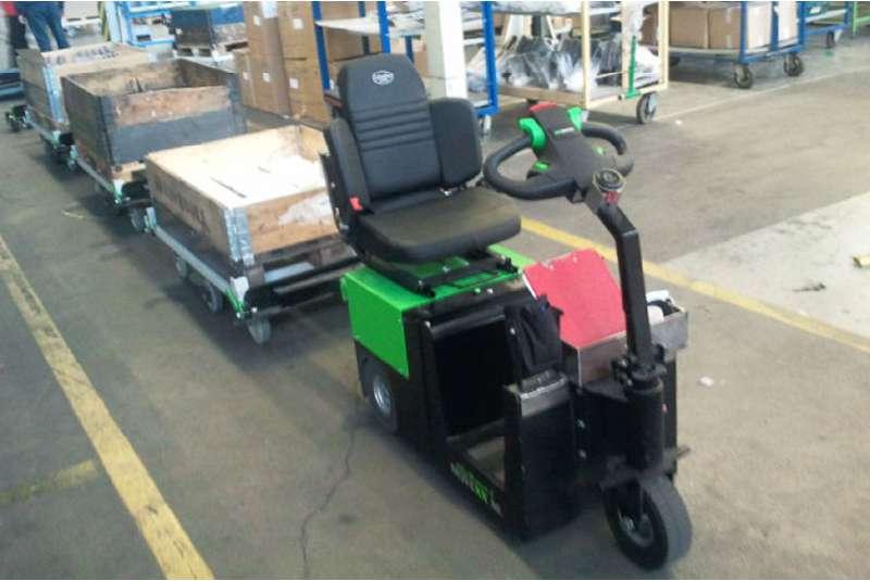 elektrický tahač t2500-scooter, manipulace tažné soupravy přepravních vozíků ve skladu