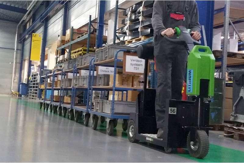 elektrický tahač t1000-platform s plošinou pro stojícího řidiče ve skladu slouží k přepravě tažných souprav na delší vzdálenosti