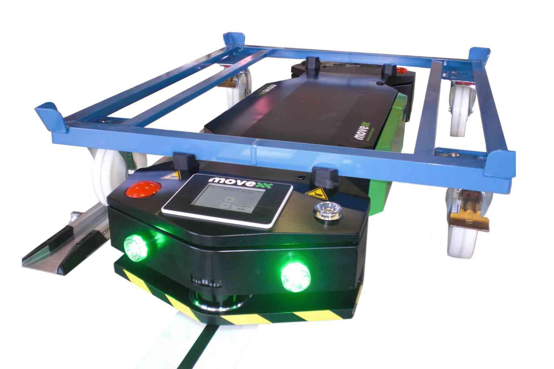 elektrický automaticky vedený tahač agv1000-underrider zaháknutý pod přepravním vozíkem, co má čtyři otočná kolečka