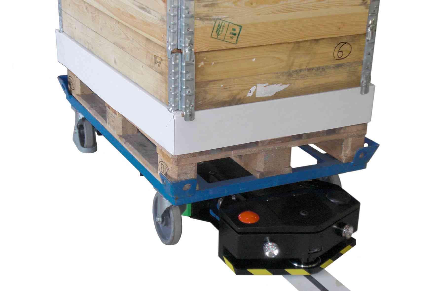 elektrický automaticky vedený tahač agv1000-underrider takto vjede pod přepravní vozík s nákladem, uchytí ho a automaticky následuje vyznačenou trasu