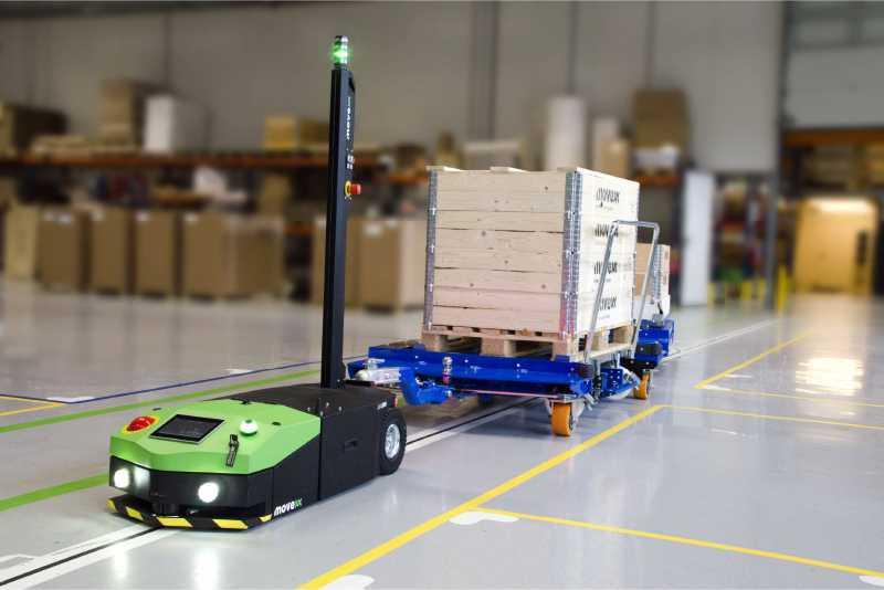 elektrický automaticky vedený tahač agv2500 s osvětlením veze zapojený e-rám s nákladem ve skladu do výroby, automatický milkrun systém