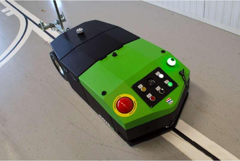 elektrický automaticky vedený tahač agv-basic je opticky navigován po vyznačené trati ve skladu