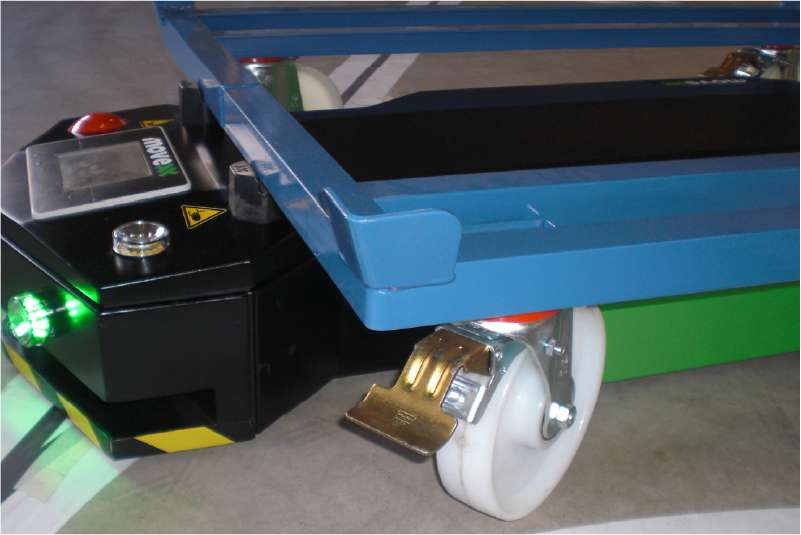 elektrický automaticky vedený tahač agv1000-underrider detail uchycení pod vozíkem za profil vozíku