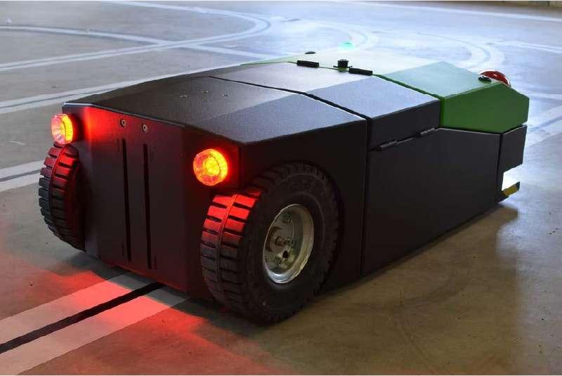 elektrický automaticky vedený tahač agv1000 na zadní straně tahače vidíte zapnutá zadní světla a prostor pro hák s automatickým připojením nákladu