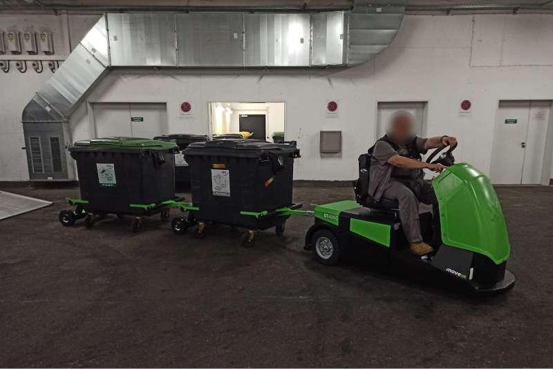 elektrický tahač bt4000 pro sedící obsluhu veze za sebou dva odpadkové kontejnery umístěné v rámech a spojené ojí