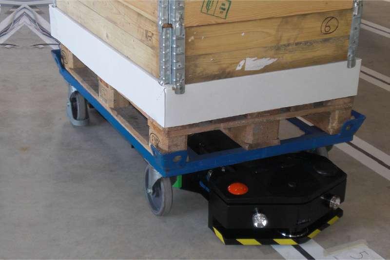 elektrický automaticky vedený tahač agv1000-underrider takto najede pod vozík a vozí náklad do výroby, automatické zásobování výroby