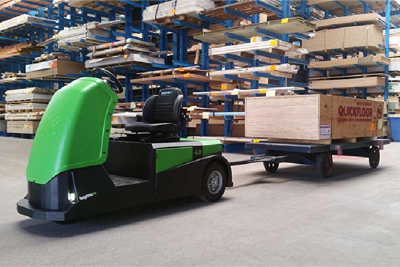 elektrický tahač bt4000 pro sedícího řidiče veze valník připojený ojí ve skladu