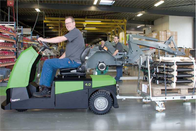 elektrický tahač bt4000 pro sedící obsluhu veze přepravní vozíky spojené ojí z výroby do skladu, milkrun systém