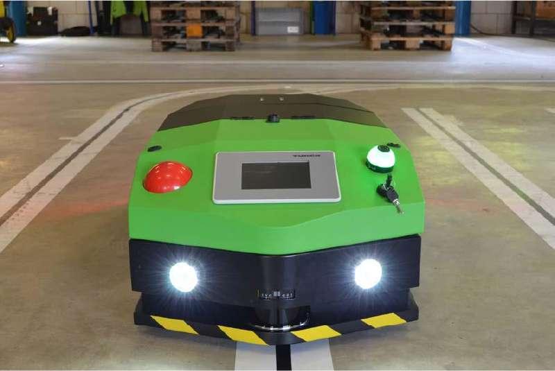 elektrický automaticky vedený tahač agv1000 na přední straně tahače vidíte dotykový displej, nouzové vypínání a rozsvícená světla