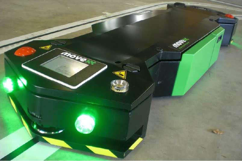 elektrický automaticky vedený tahač agv1000-underrider na přední straně tahače je vidět dotyková obrazovka, nouzové tlačítko a zapnutá světla