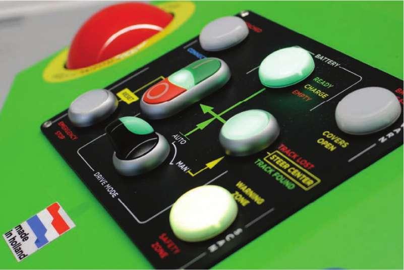 elektrický automaticky vedený tahač agv-basic má na přední části tento ovládací panel s tlačítkem pro nouzové zastavení