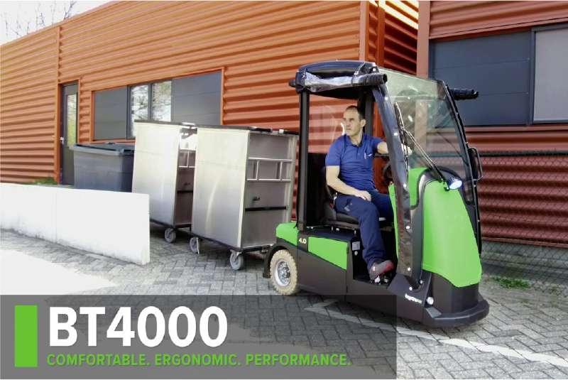 elektrický tahač bt4000 pro sedící obsluhu s kabinou pro řidiče veze venku soupravu přepravních boxů