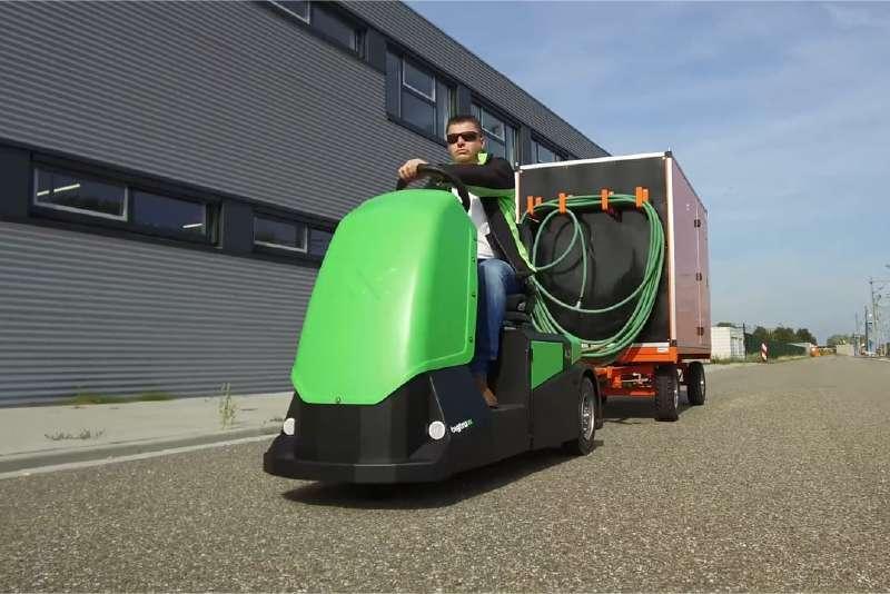 elektrický tahač bt4000 pro sedícího řidiče veze za sebou ojí zapojený přívěsný vozík, venkovní použití