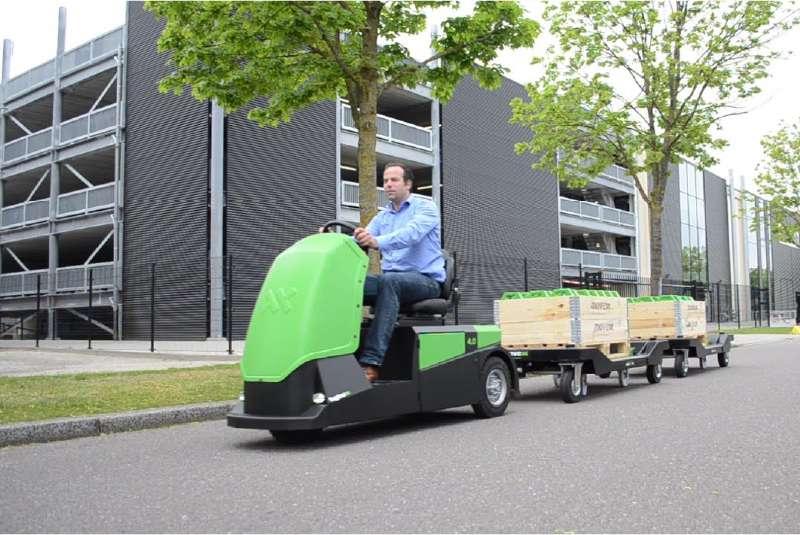 elektrický tahač bt4000 pro sedící obsluhu, ukázka venkovní manipulace tažné soupravy e-rámů