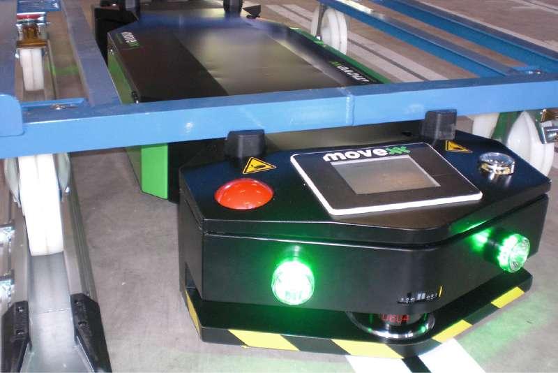 elektrický automaticky vedený tahač agv1000-underrider je uchycený pod vozíkem a má rozsvícená přední světla