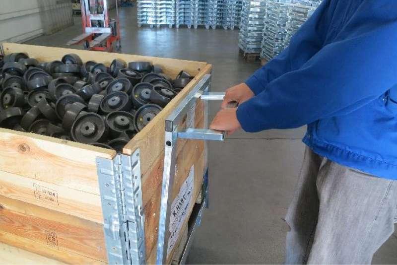 plošinový vozík pallet size dolly veze náklad ve skladu