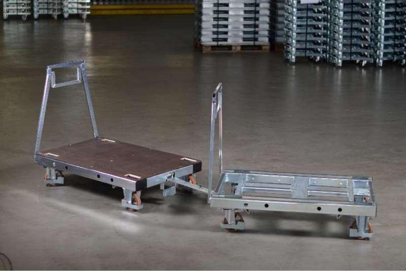 plošinové přepravní vozíky pallet size dolly spojené tažnou ojí ve skladu