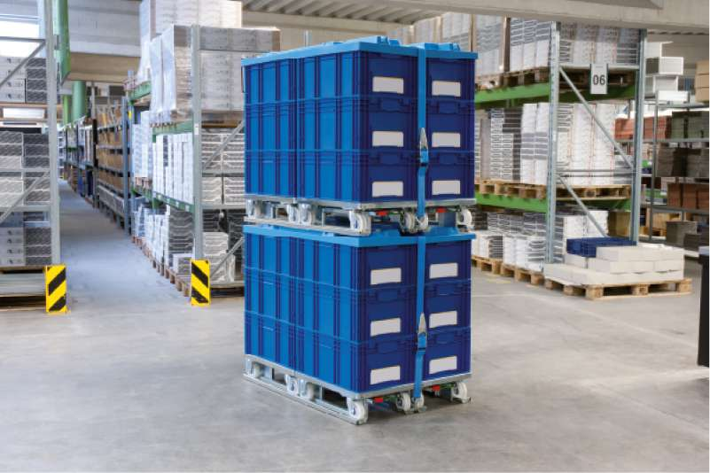 bezpečné stohování klt boxů, paletový adaptér a přepravní vozíky dolly ve skladu
