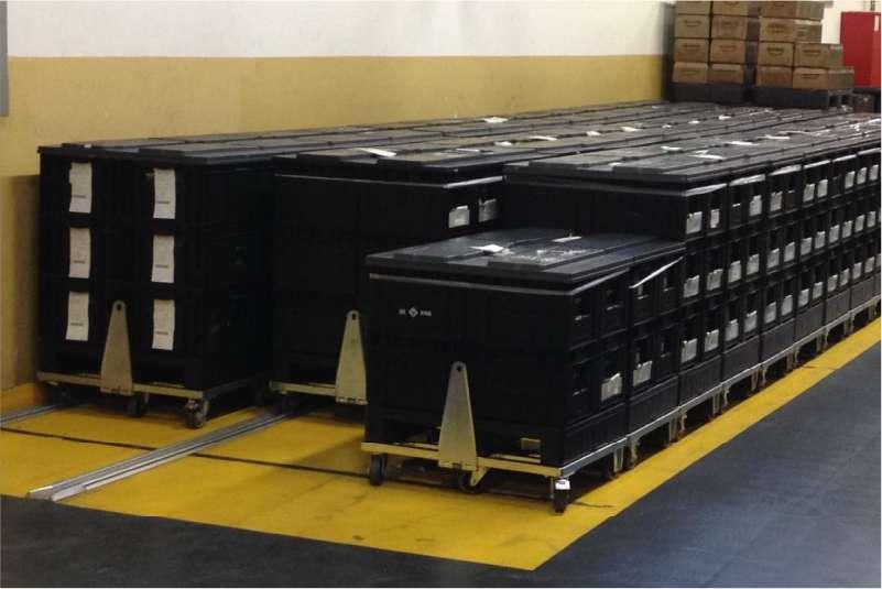 přepravní vozíky dolly typ VI s ojí ve skladu pro skladování a manipulaci klt přepravek
