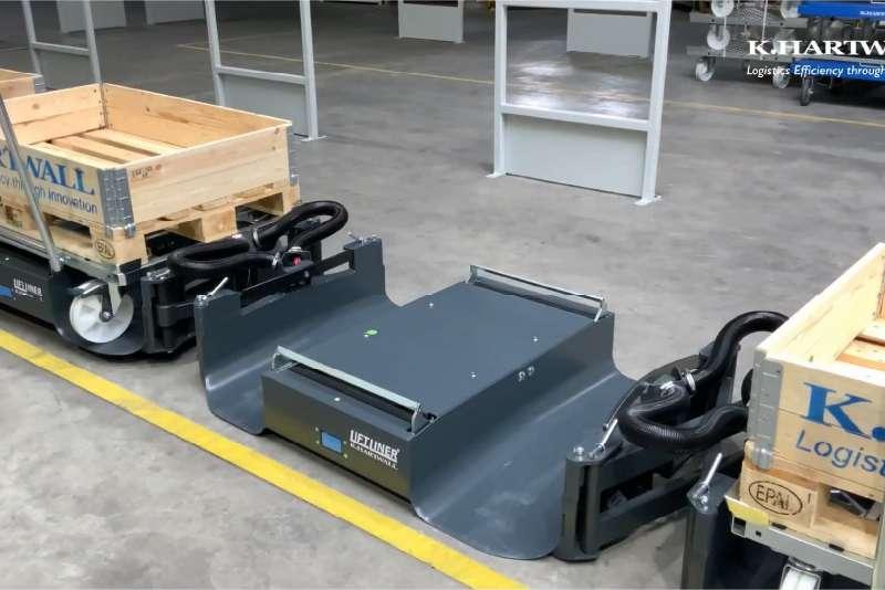 tažná souprava liftliner ve skladu, b-rámy vezou přepravní vozíky s nákladem