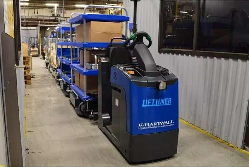 tažná souprava liftliner od k.hartwall veze přepravní vozíky elephant dolly ve skladu