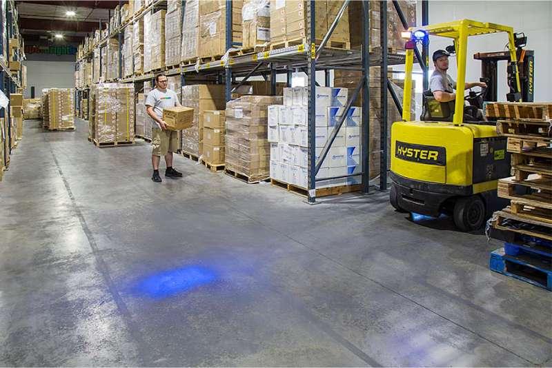 modré světlo safeled blue light pro vzv značky sis zvyšuje viditelnost vzv a zvyšuje bezpečnost provozu ve skladu